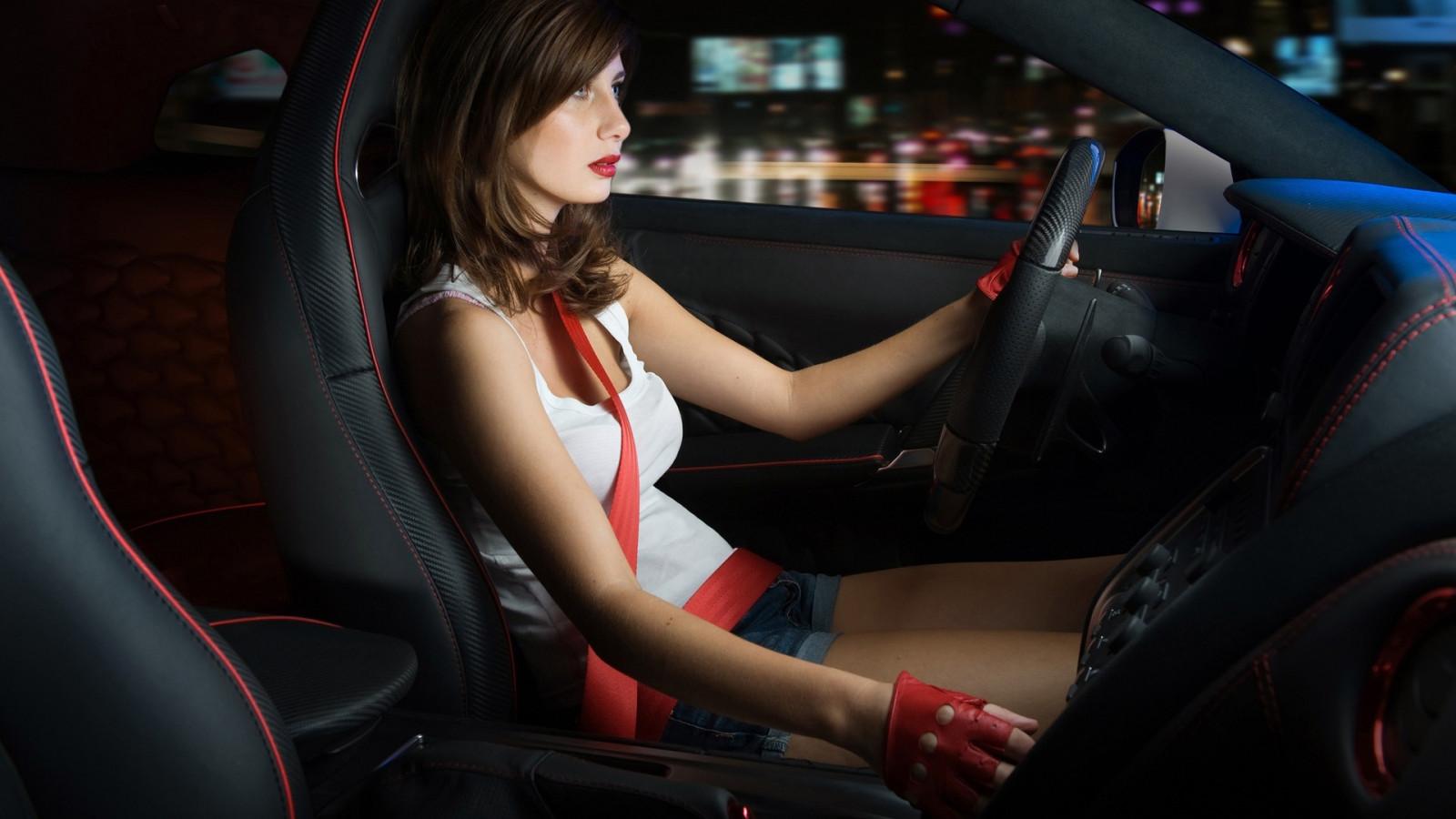 Девушки за рулем своих автомобилей фото