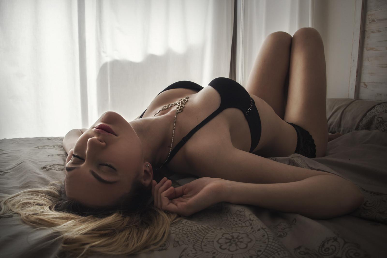 наташенька в экстазе на кровати