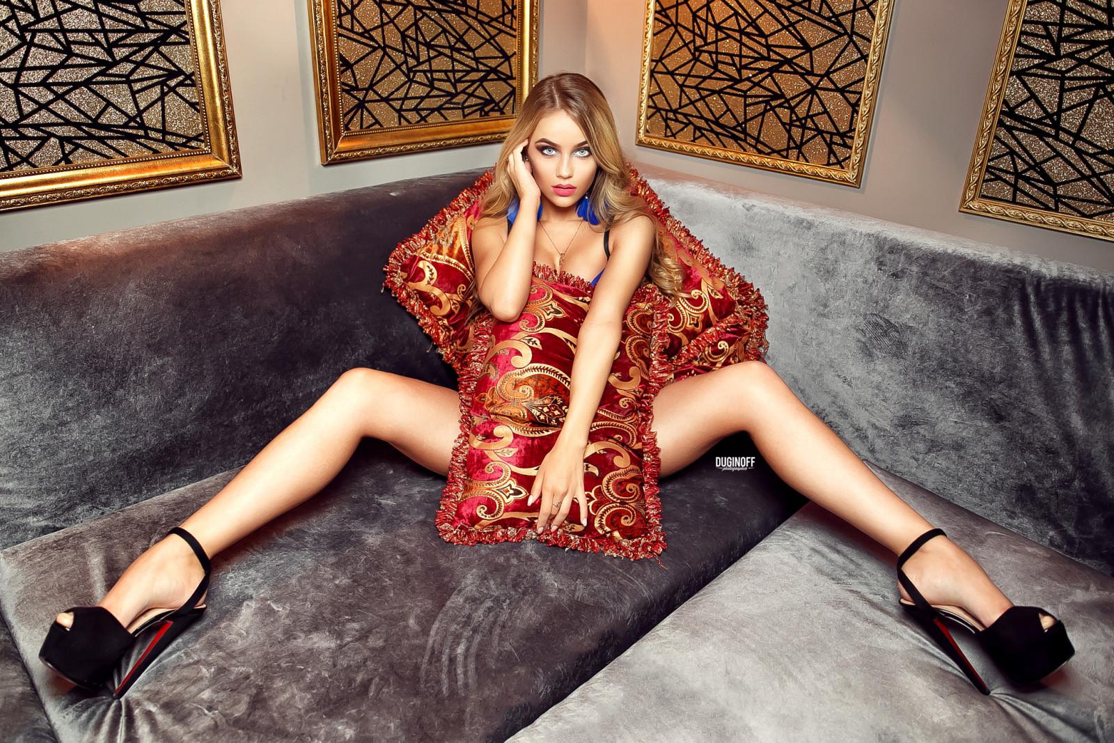расставленные женские ноги фото - 7