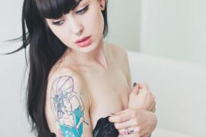 брюнетка с длинными волосами в тату