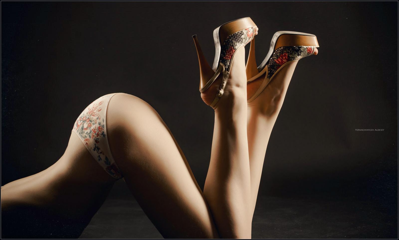 Очень красивая девушка и ее ножки с трусиками видео, фото фалоса в анале у женщин
