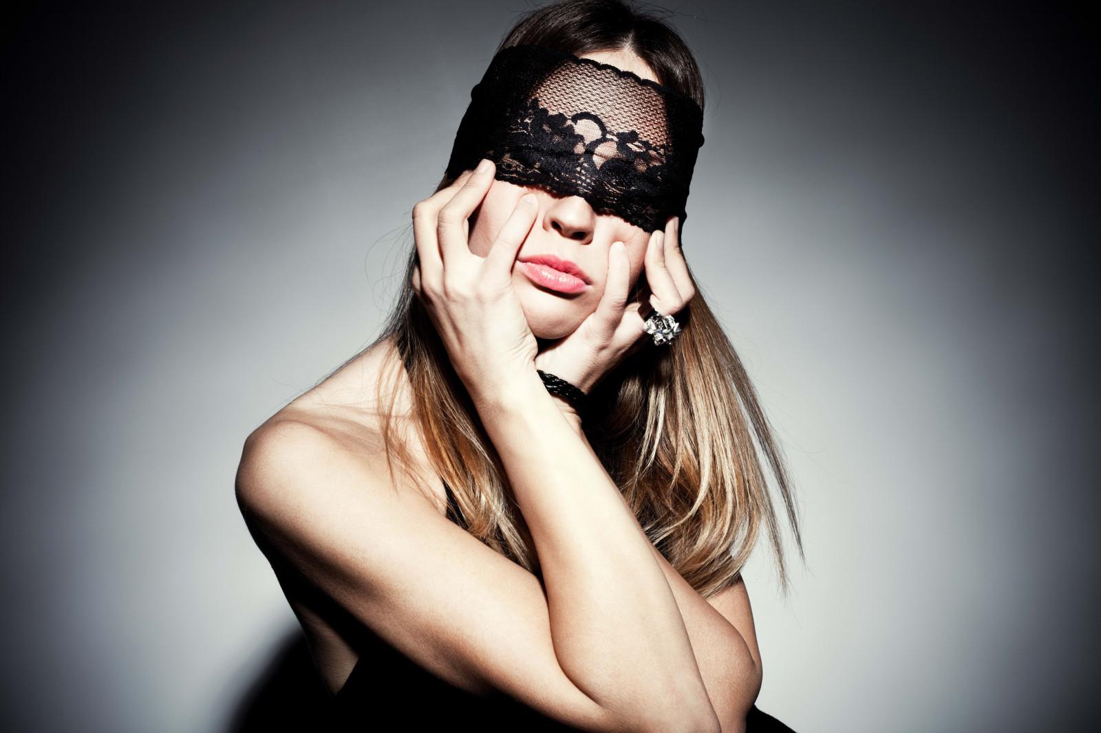 Что за мода прикрывать лицо на фото