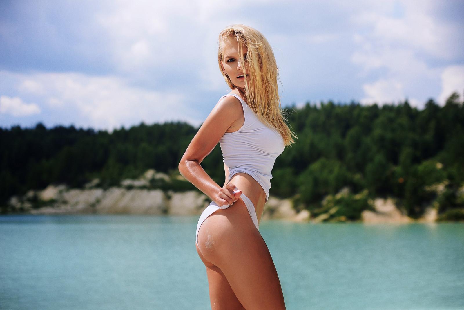 sladkaya-popka-dlinnonogoy-blondinki