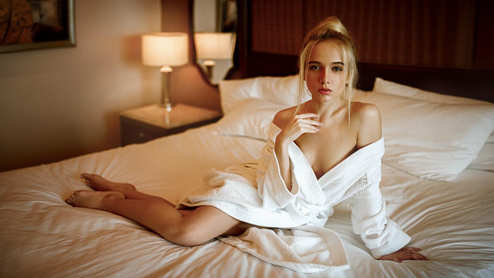 с блондинкой в постели нужно какое-то