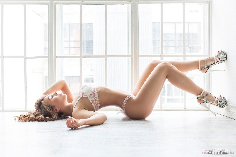 Resultado de imagem para lingerie e salto alto