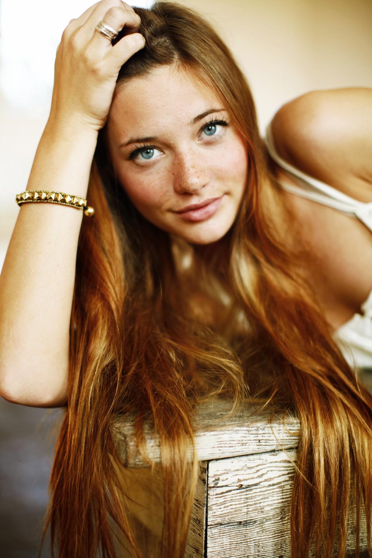 Blond Braune Haare Blaue Augen Blond Gesträhnte Haare Und Blaue