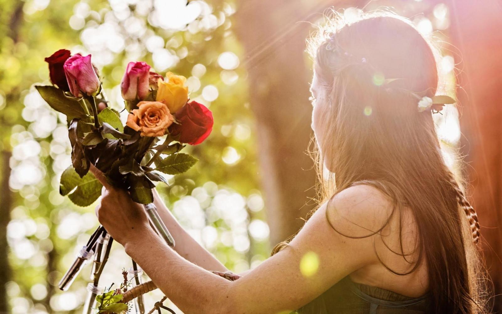 Мальчику годиком, картинки девочка с цветами в руках со спины фото