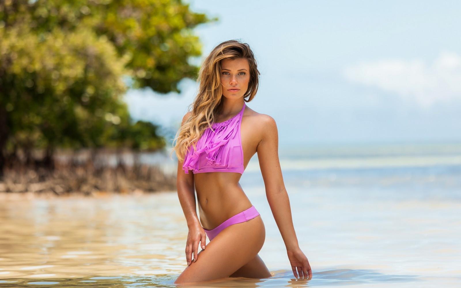 худенькая русская девушка в розовом бикини фото