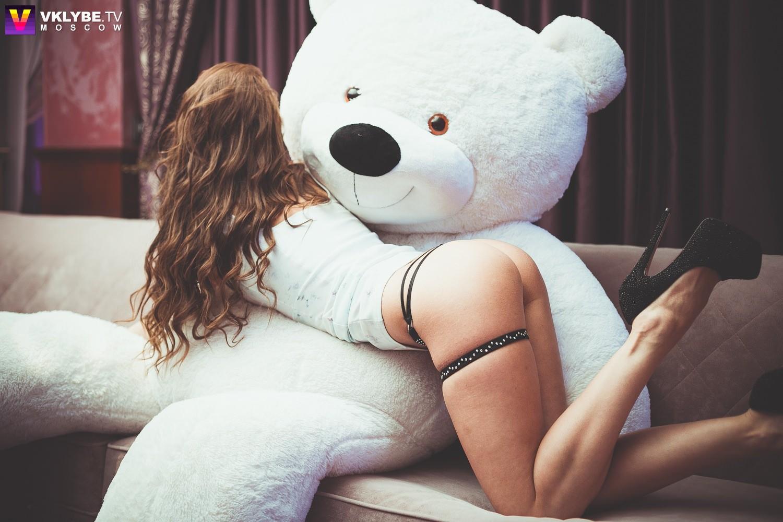 Красивая голая девушка с игрушкой