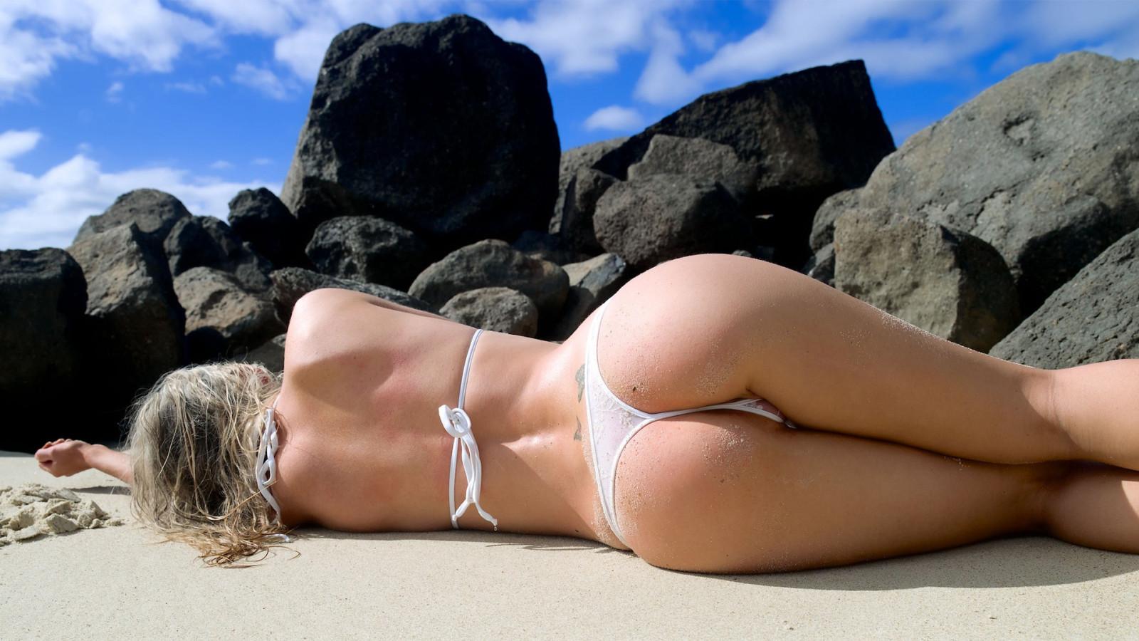 Откровенные бикини на пляже фото крупно #14