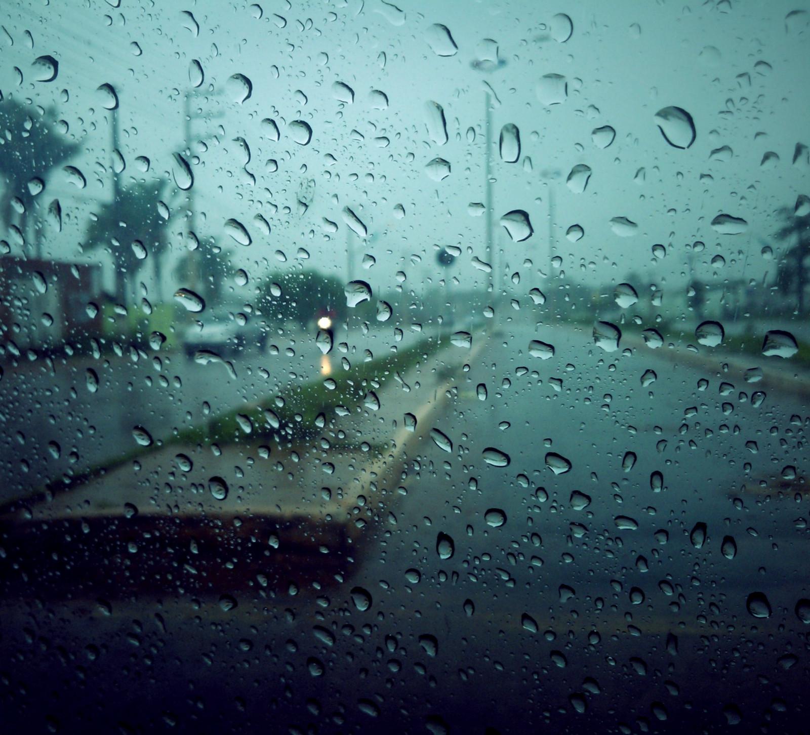 Картинка дождя на стекле