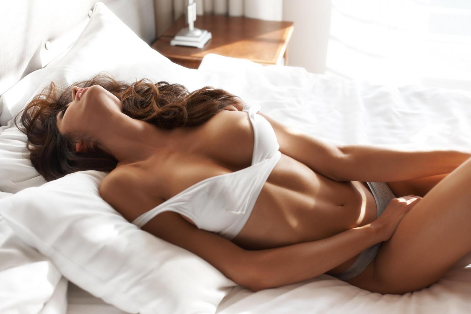 Красивые развратные женщины в постели — img 11