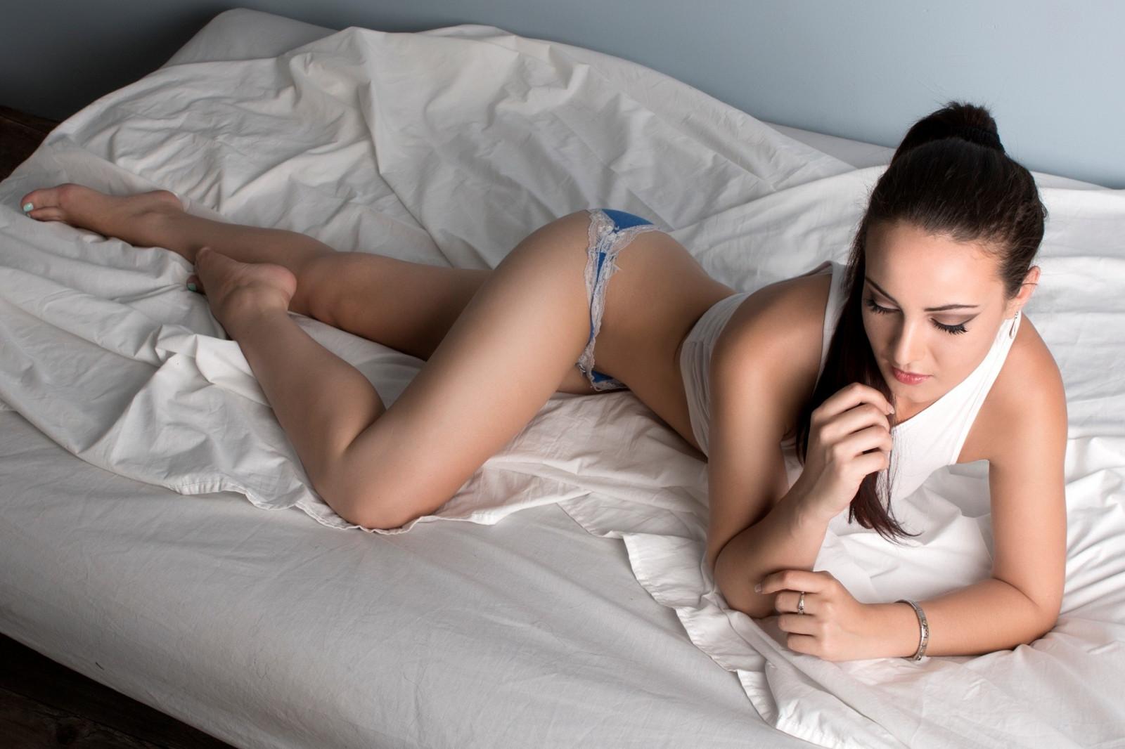 v-posteli-u-yunnoy-zasunul-predmeti-v-pizde-vlagalishe-ochke-zhope-anuse-anale-porno-foto