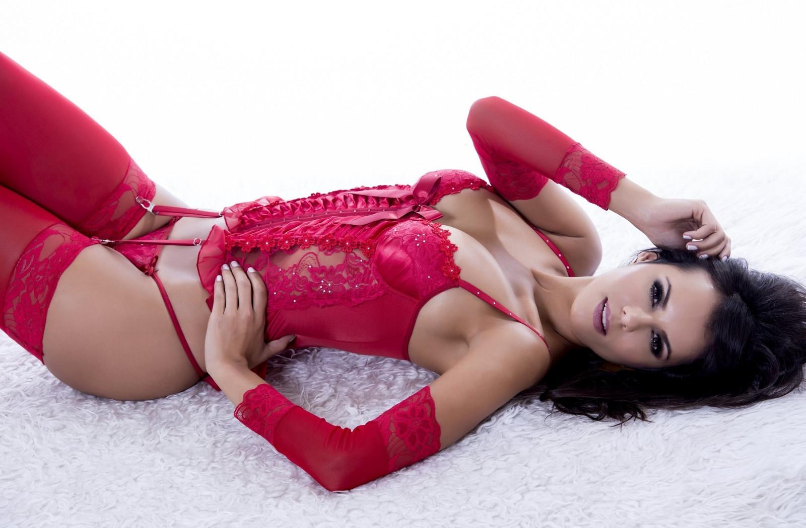 Девушка в красном в чулках #10