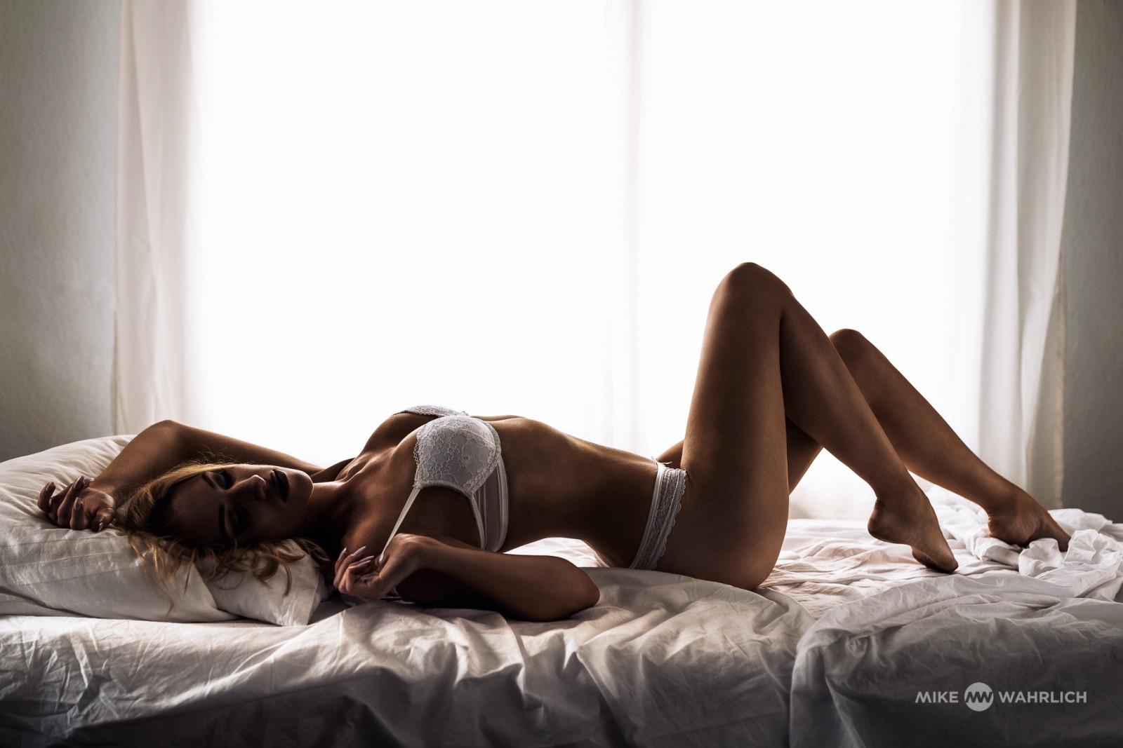 devka-konchaet-lezha-na-boku-porno-ogromnie-naturalnie-grudi