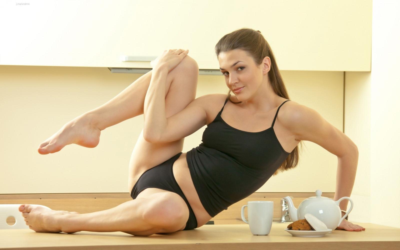спортивная девушка раздвигает ноги девушка