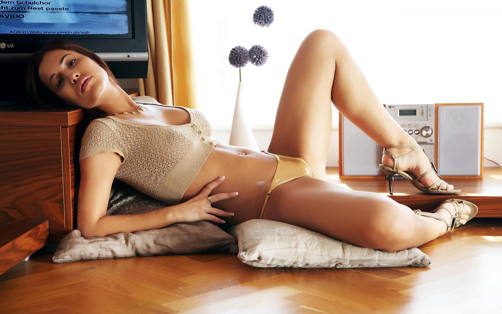Голая рабыня с раздвинутыми ногами видео секс
