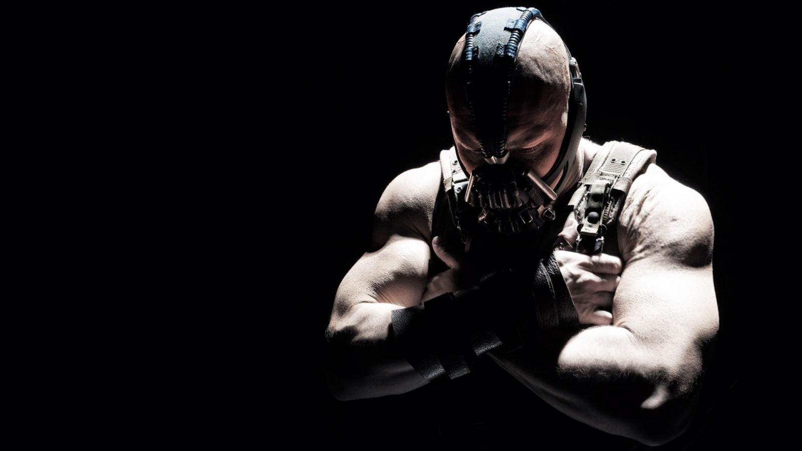 マーベルの魅力的な「バットマン」の悪役ペインが暗闇の中でたたずんでいる