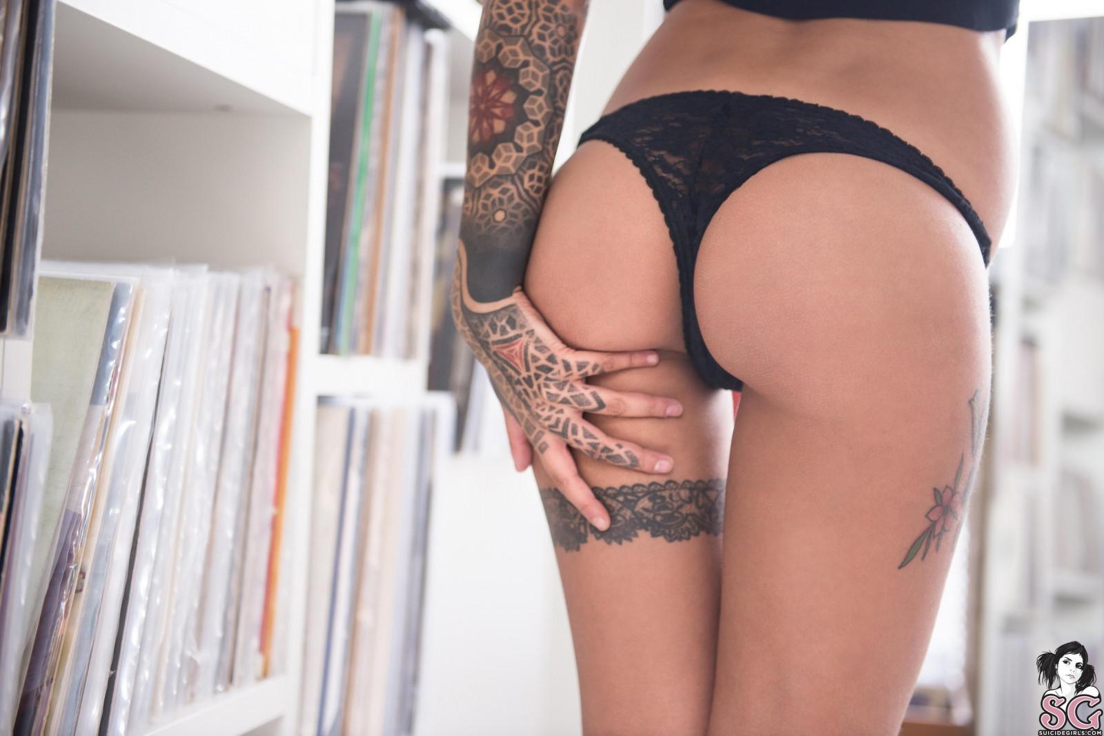 чего девушки с татуировками на попках основе его