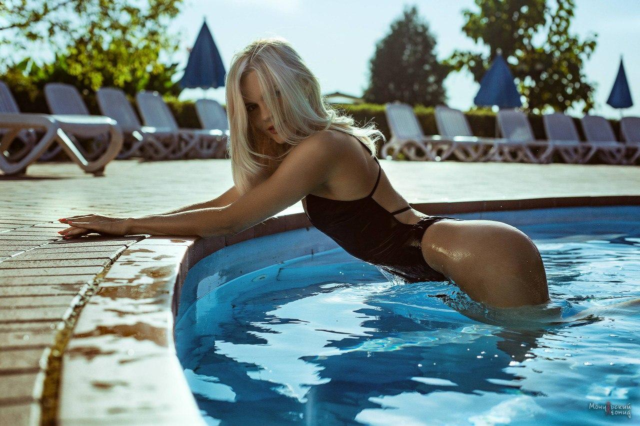blondinka-nezhitsya-u-basseyna-foto-samiy-bolshoy-chlen-v-mire-ebet-devushku