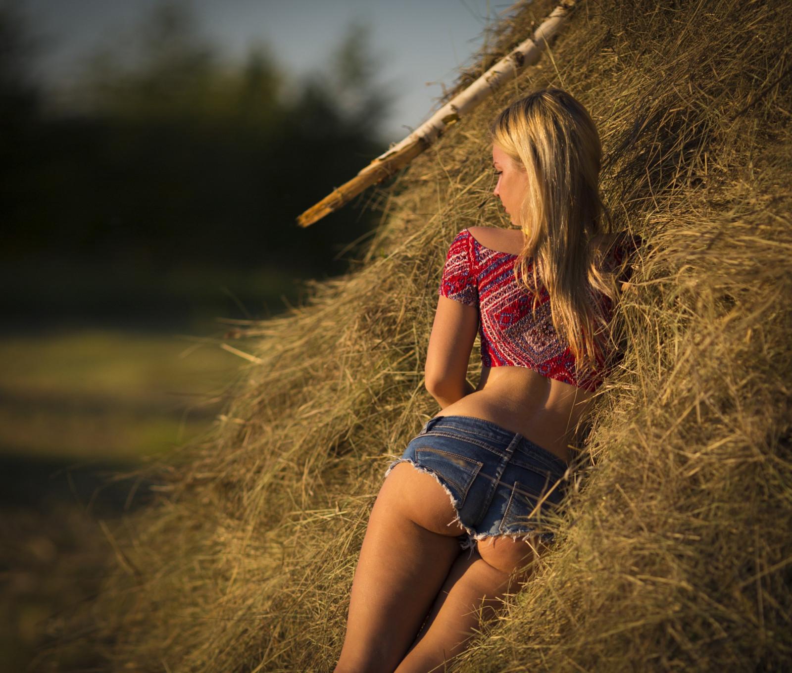 Красивые девушки на природе в деревне