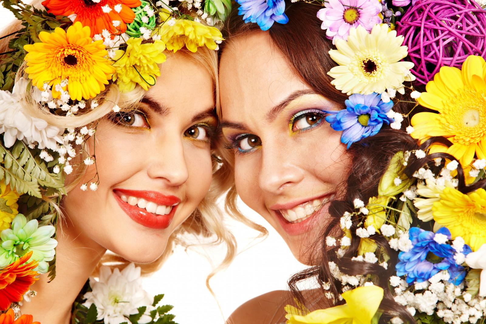 Улыбка в цветах фото