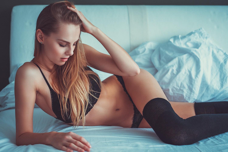 Sfondi donne bionda capelli lunghi seduta a letto fotografia blu capelli neri le mani - Costumi da bagno ragazza ...