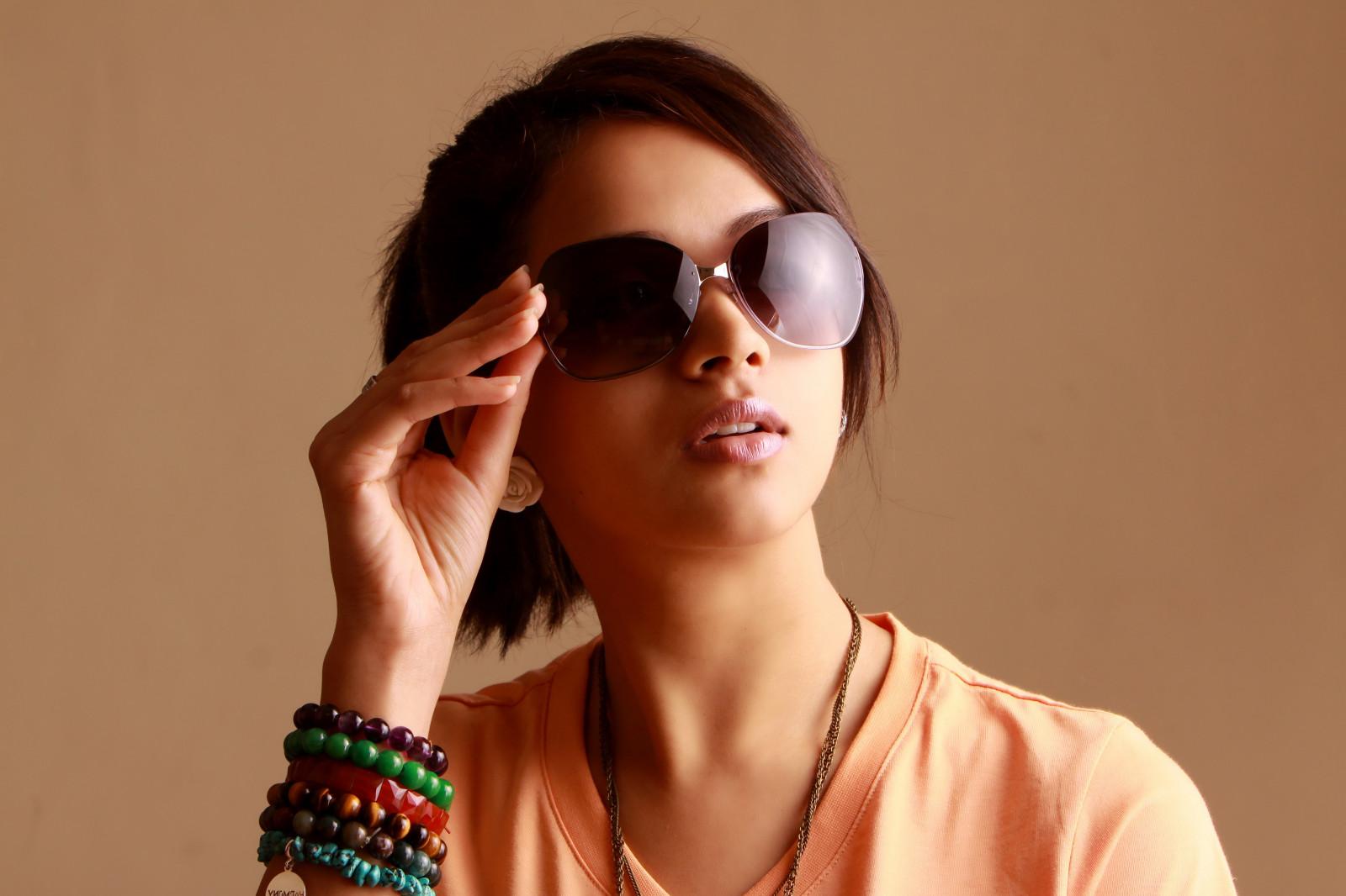 Фото девушек брюнеток в очках в солнечных