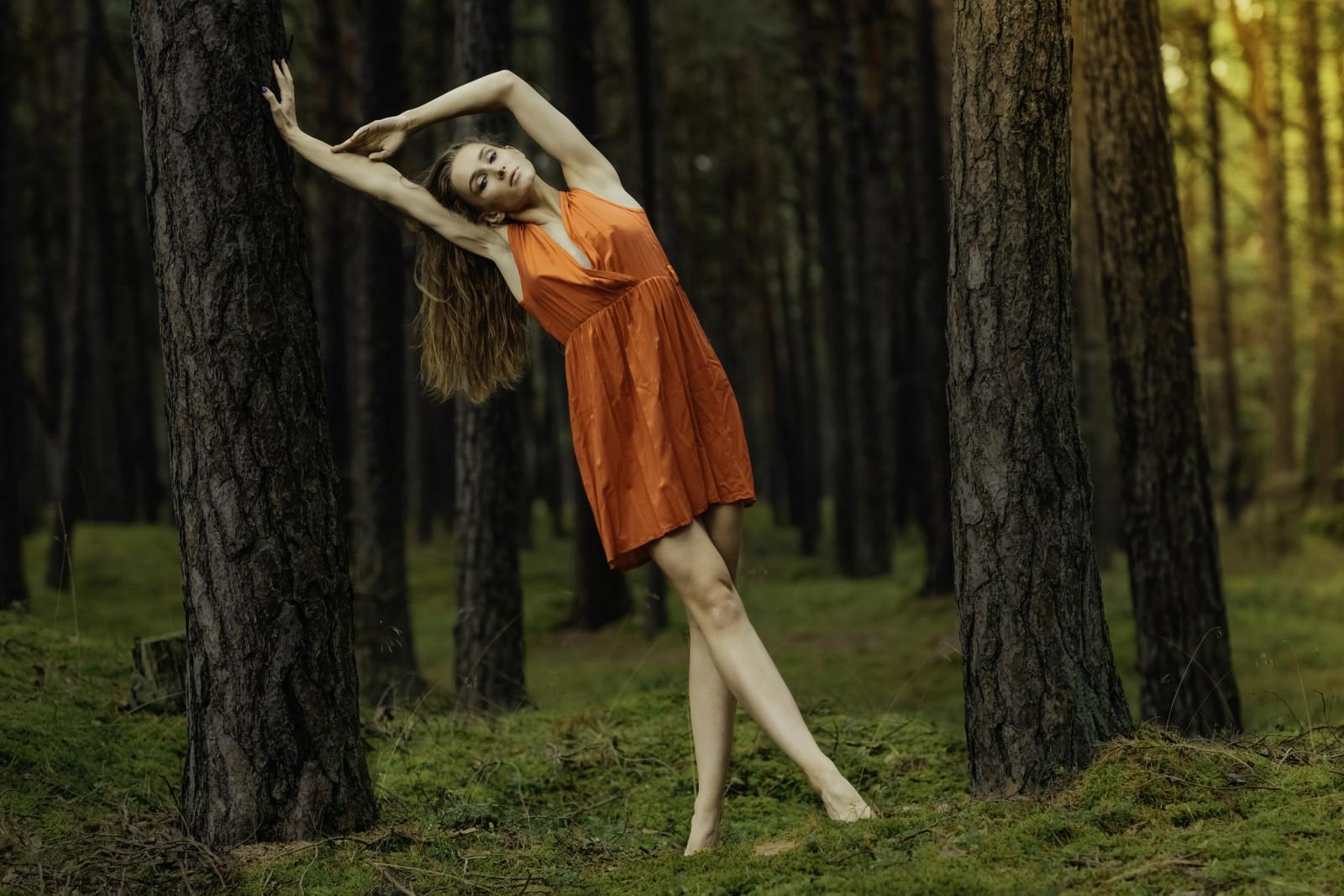 большие развлечение девушек в лесу думая парень