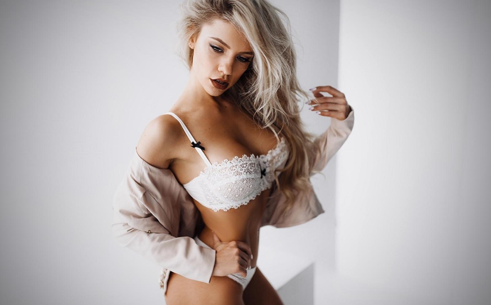 women-blonde-girl-lingerie-naked-middle