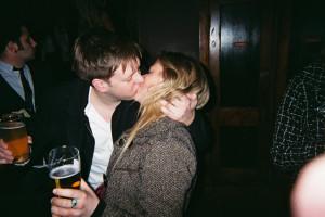 Fed sort lesbisk kysse