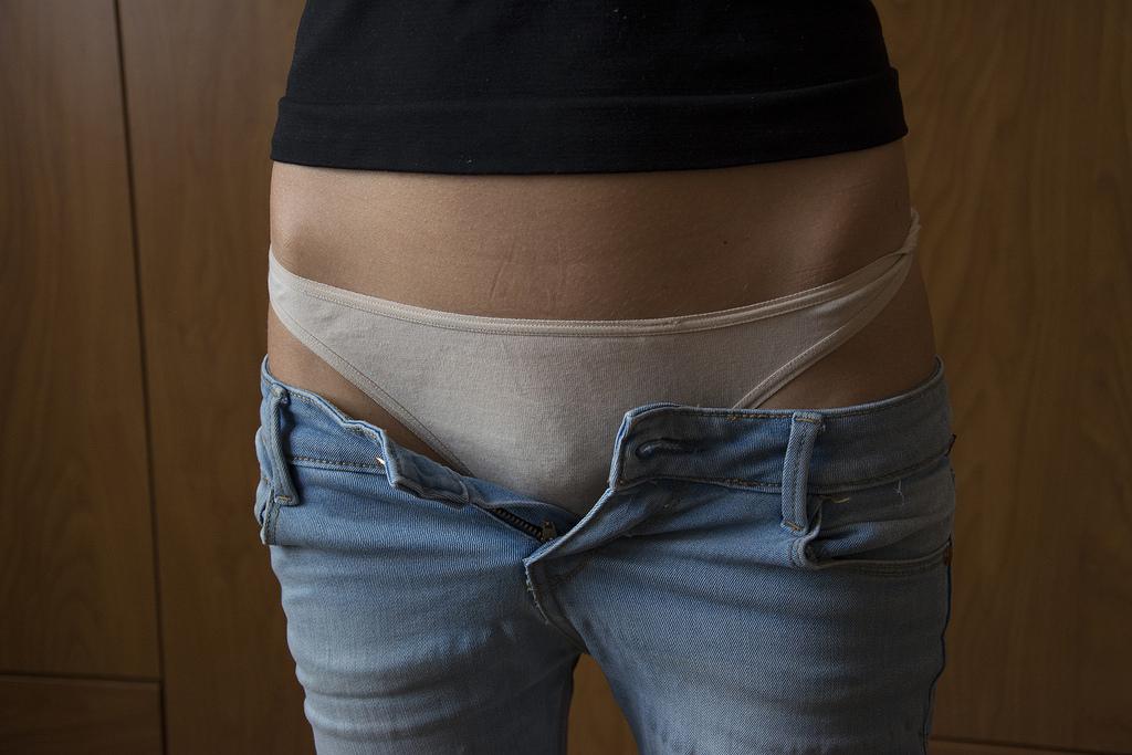 Шлюхи девушка в джинсах и белых трусиках оргазма фото фото