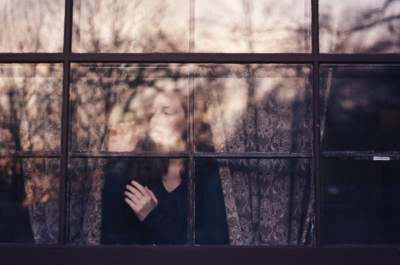 Фото размышление у окна