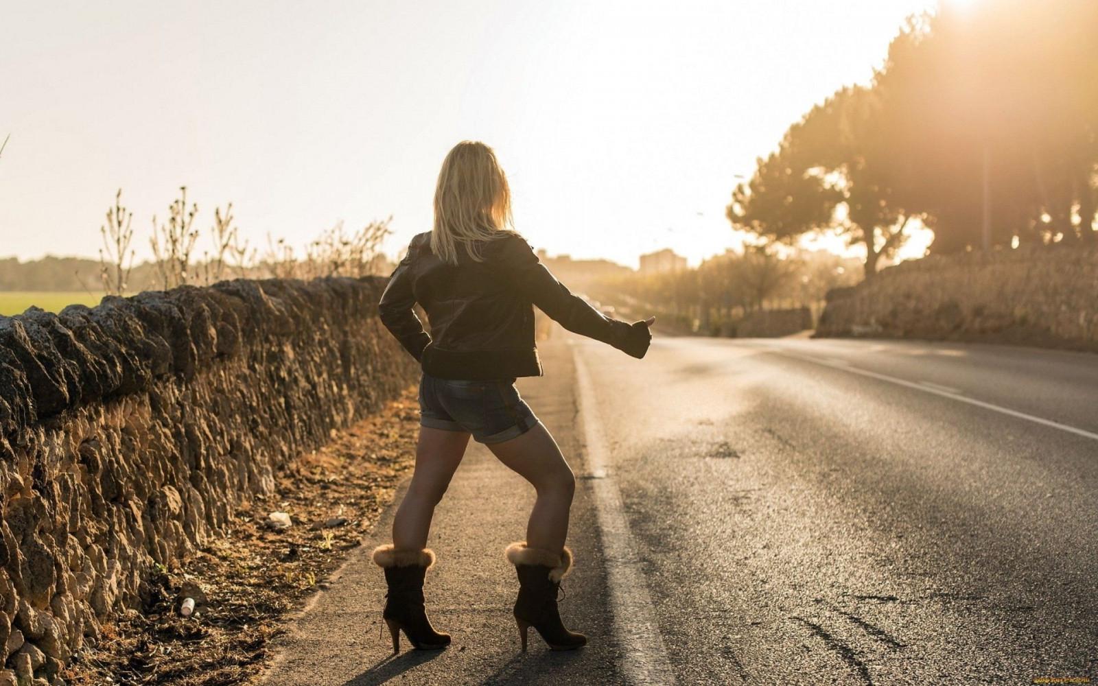 нравиться картинки девушка красивая блондинка уходит по дороге это старинный