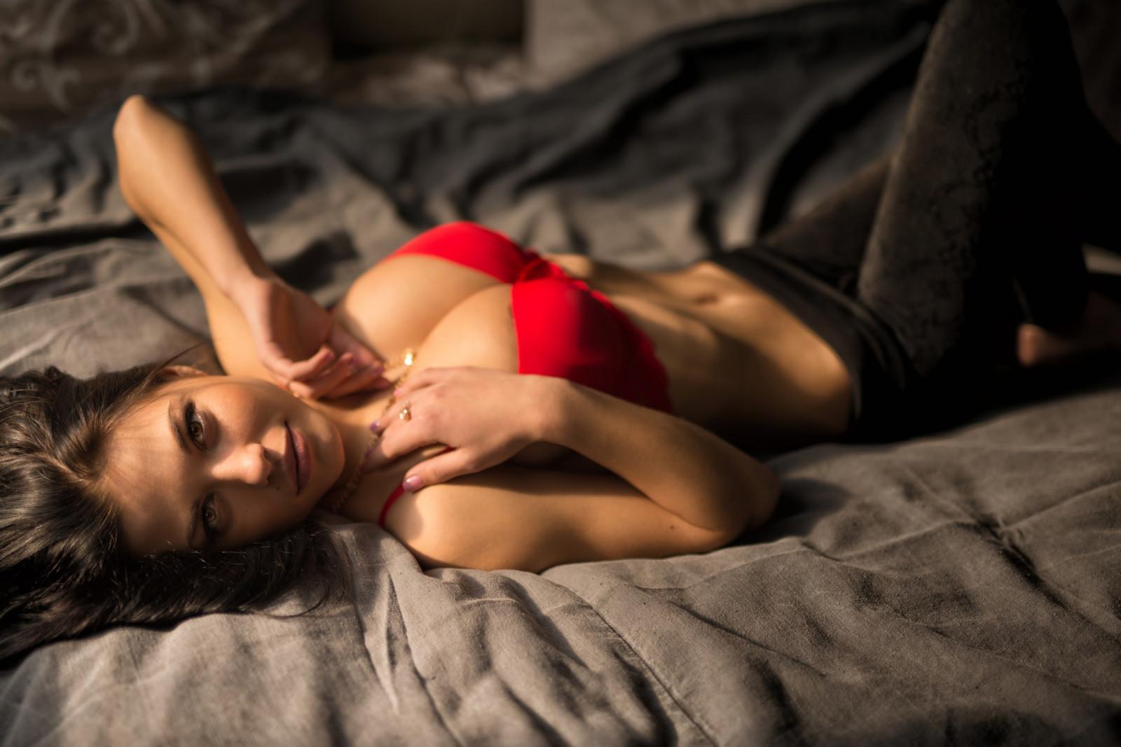 Сексуальные девушки на кровати молодых приеме врача
