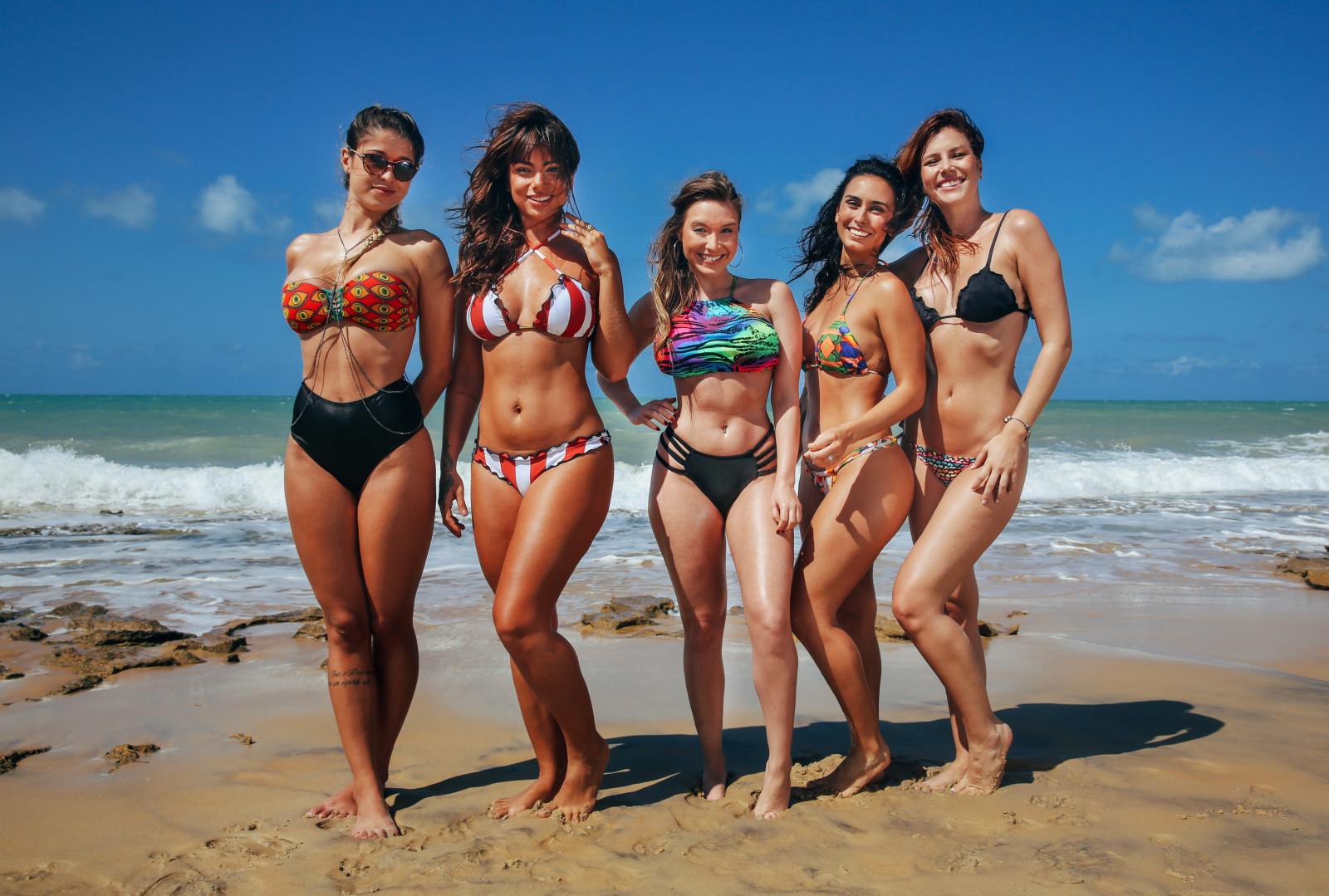 группа девушек на пляже