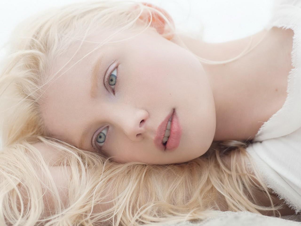 Белый волос в брови