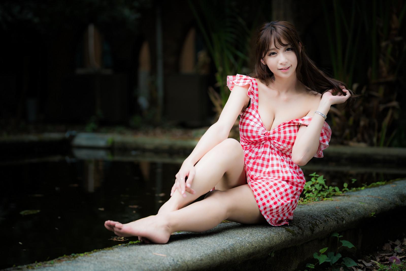 barefoot-sexy-asian-girl