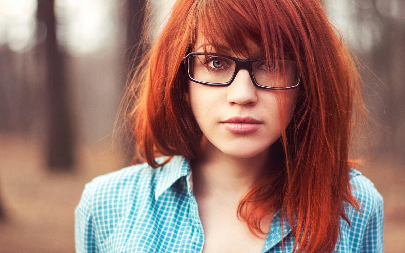 Фото девушки с рыжими волосами в очках