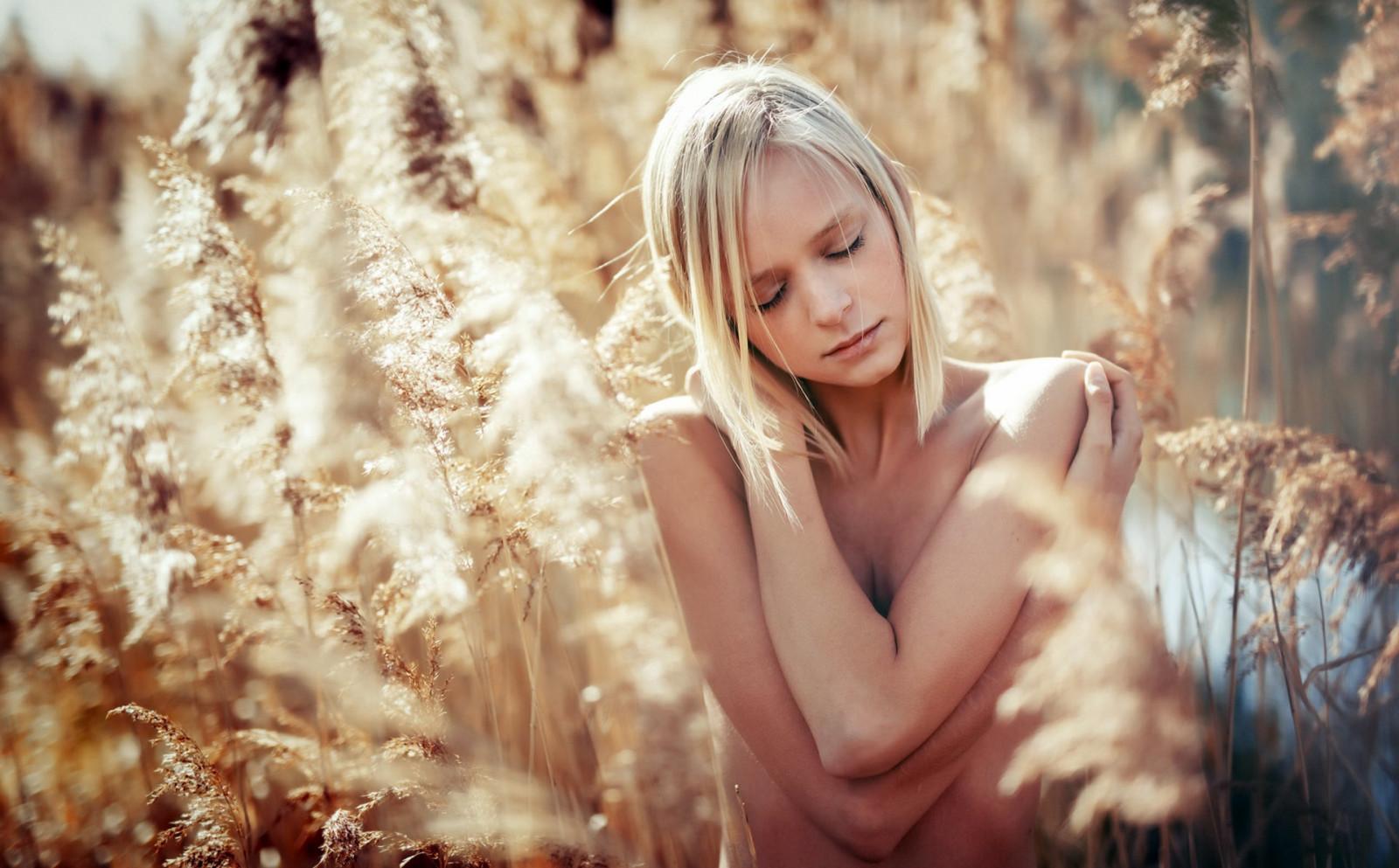 Девушка ласкает себя на свежем воздухе (10 фотографий)