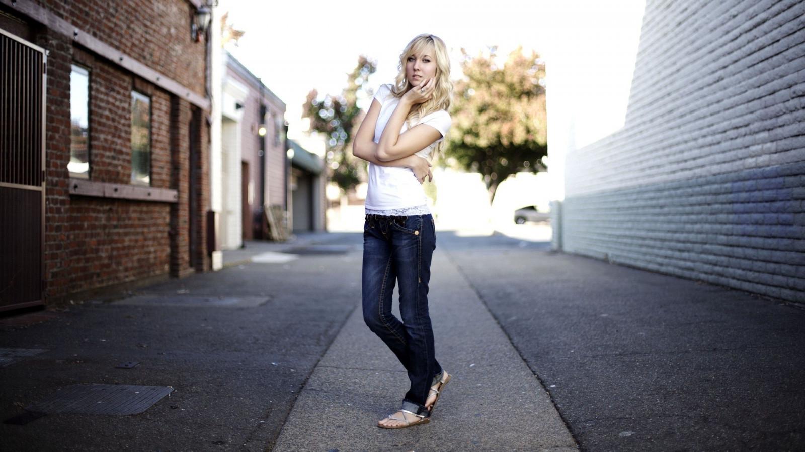блондинки с каре в джинсах фото хочется