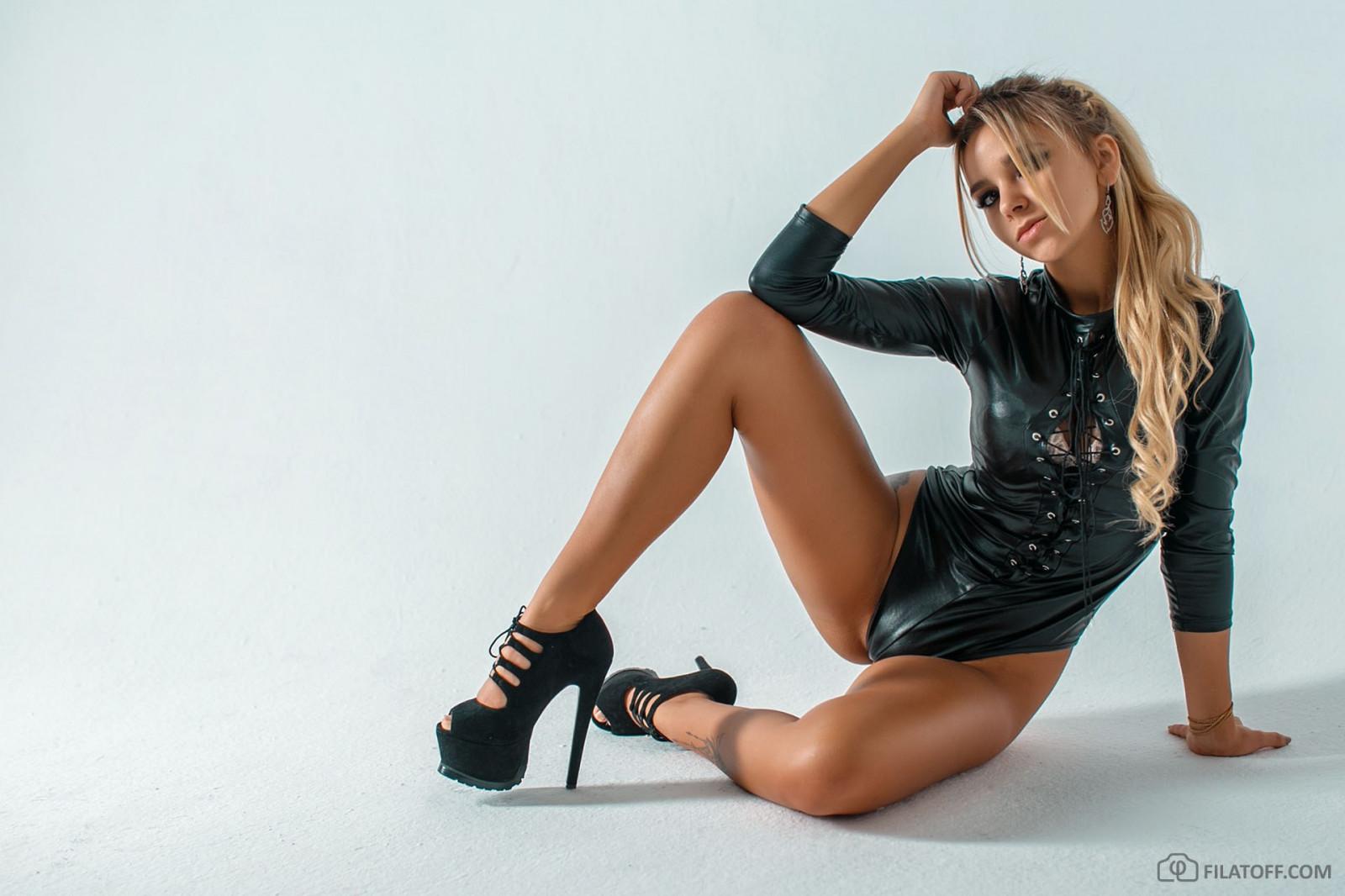 Российские певицы голые раздвигают ноги может