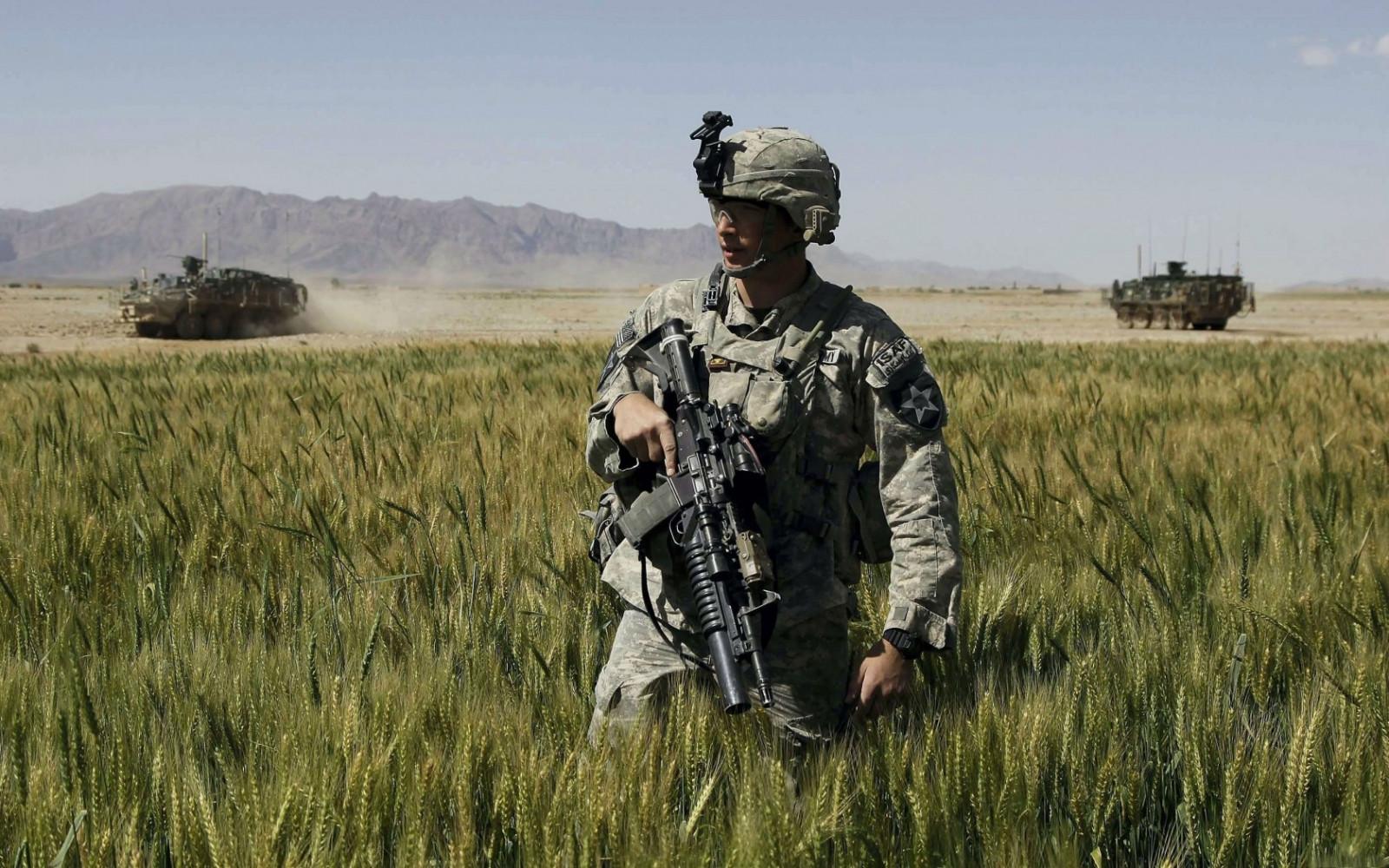 Картинка с военными солдатами, гости
