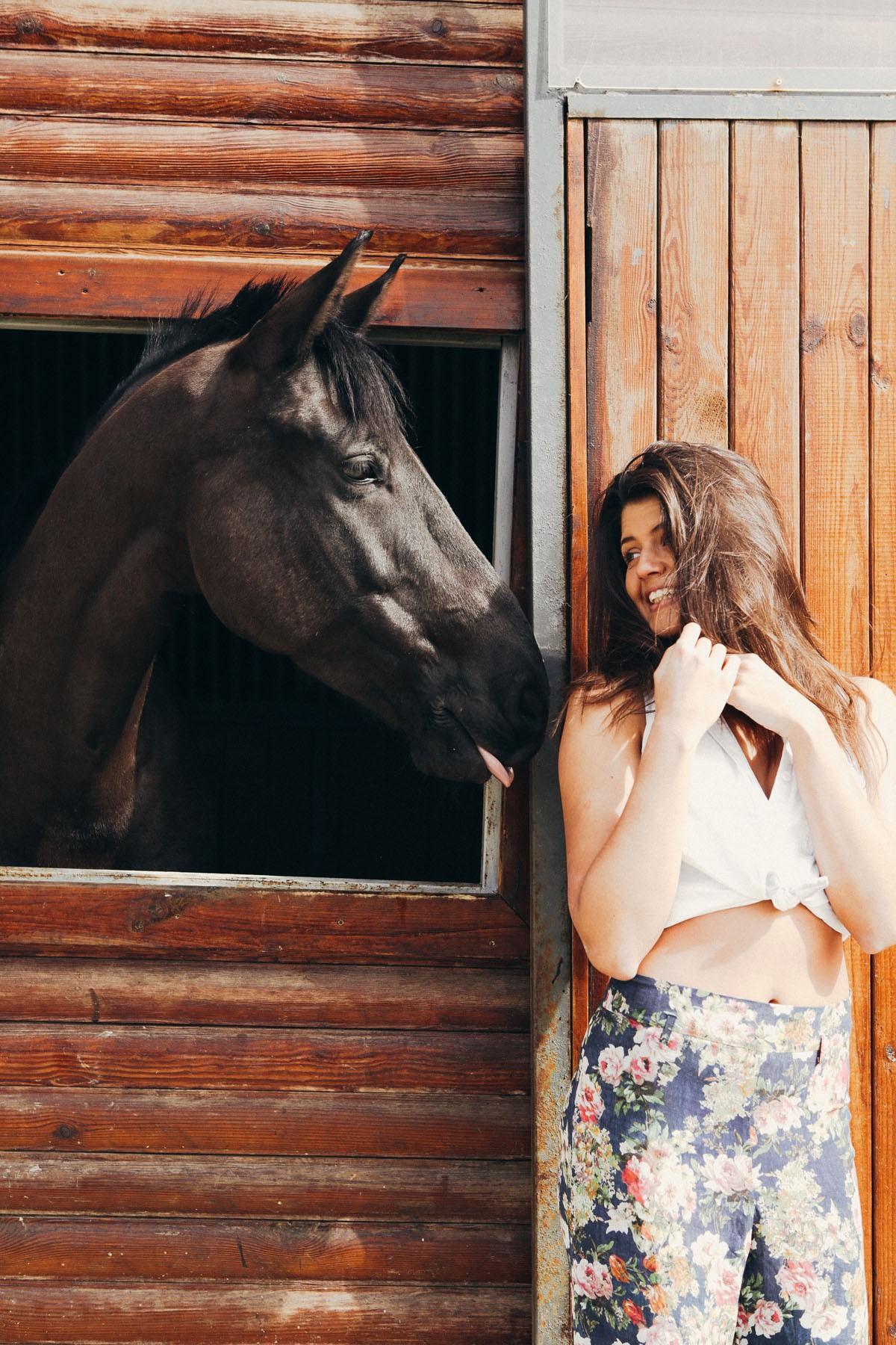Nackt auf dem pferd frauen Kamasutra •