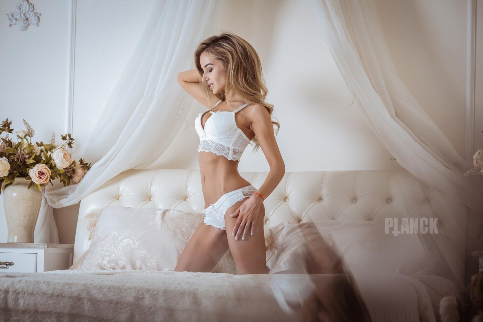 симпатичные красивые блондинки в нижнем белье в душе на кровати ад