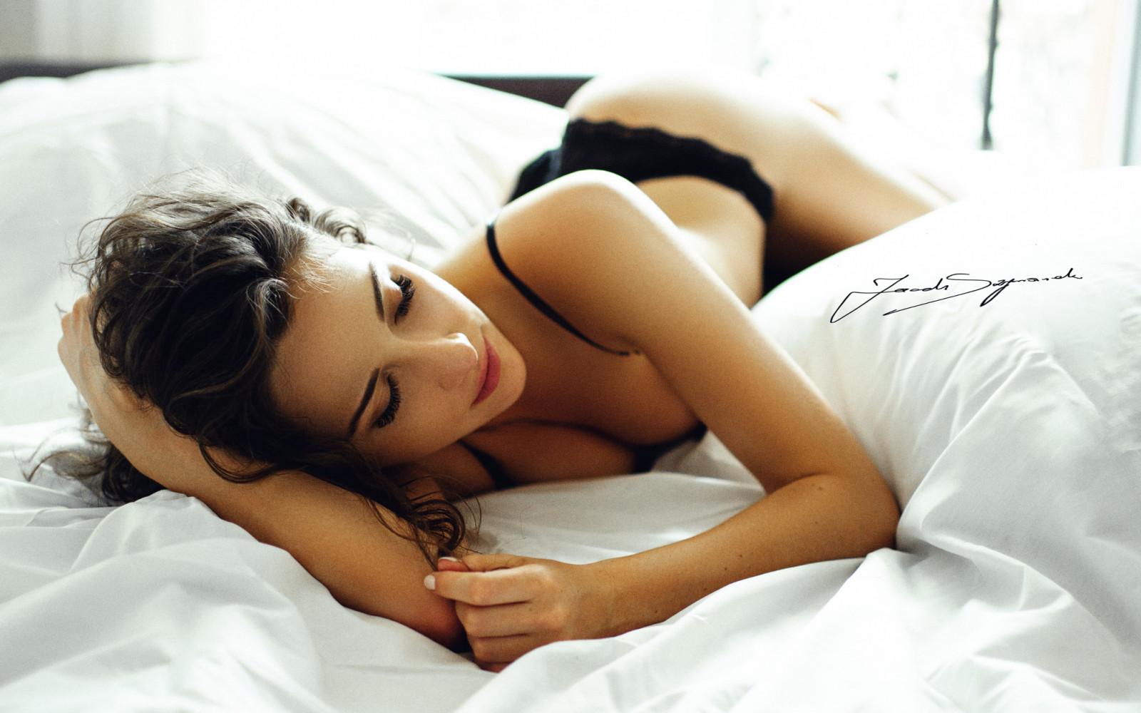 очень красивые девушки подмигивают в постели блондинка