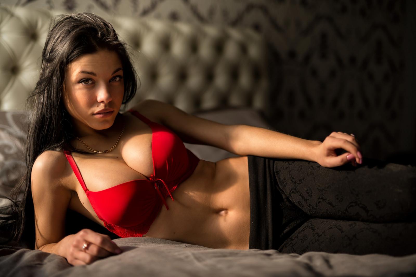 Фотогалерея худенькая брюнетка с большой грудью