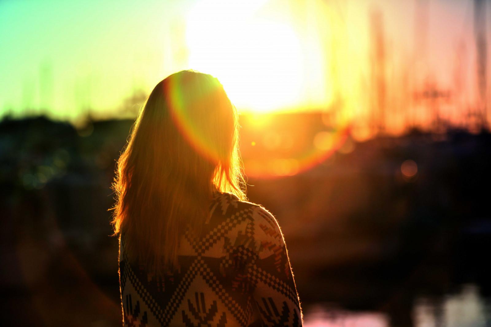 Картинки девушка и солнце, можно