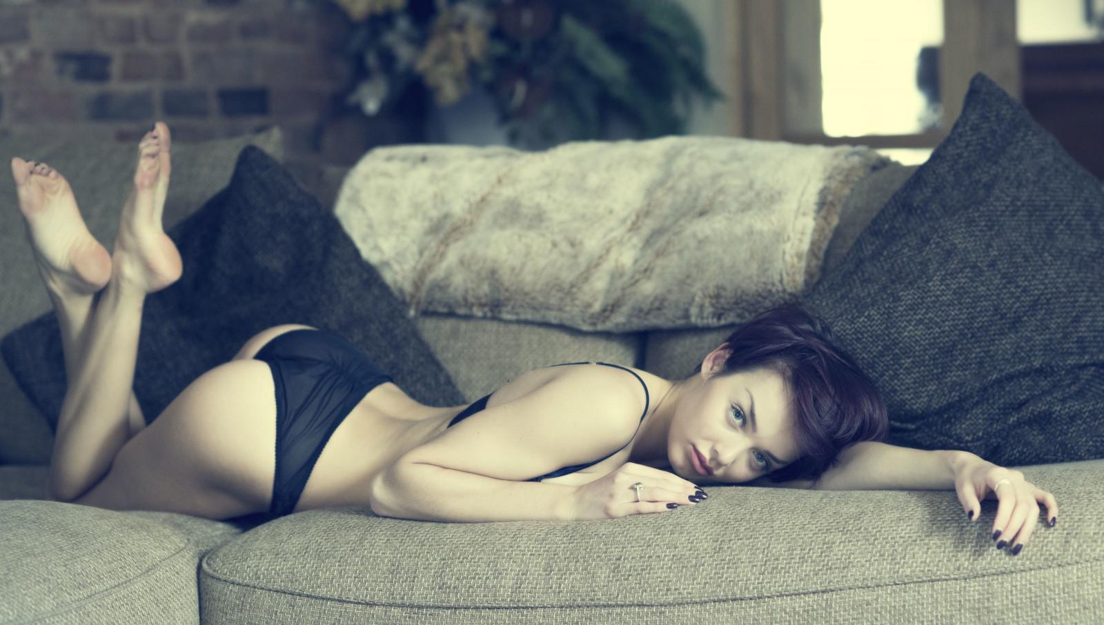 Girl on bed arched back flash porn black