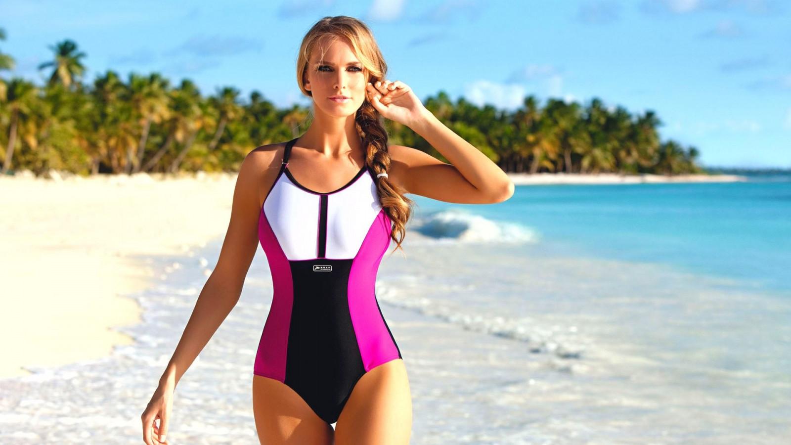 Красивая фигура девушек на пляже фото